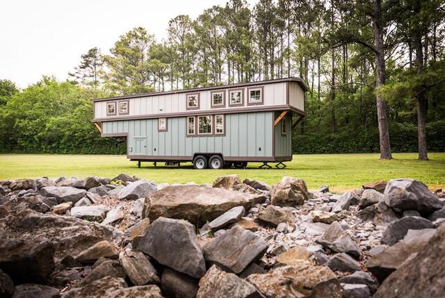 Được làm phần lớn bằng gỗ tuyết tùng nên ngôi nhà rất chắc chắn, đẹp tự nhiên và có độ bền cao.