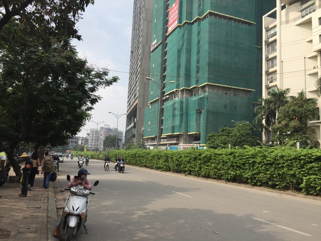 Đường Trần Bình hai làn rộng và thoáng phía trước dự án.
