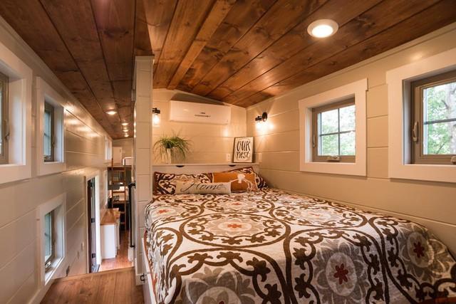 Phòng ngủ nhỏ hơn thoáng sáng và có tầm nhìn ra bên ngoài tuyệt đẹp.