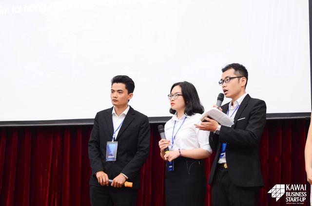 Đội thi ItBee trong phần phản biện với Hội đồng Ban giám khảo.