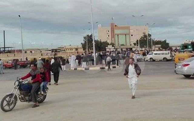 Đám đông tập trung gần hiện trường vụ tấn công làm 235 người thiệt mạng và hơn 100 người khác bị thương.