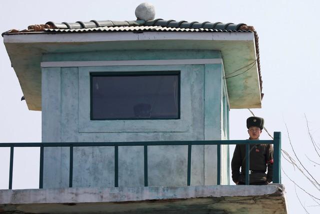 Một trạm gác của Triều Tiên nằm gần biên giới Trung – Triều. Với đường biên giới dài 1.400 km, Trung Quốc là đối tác thương mại quan trọng của Triều Tiên.