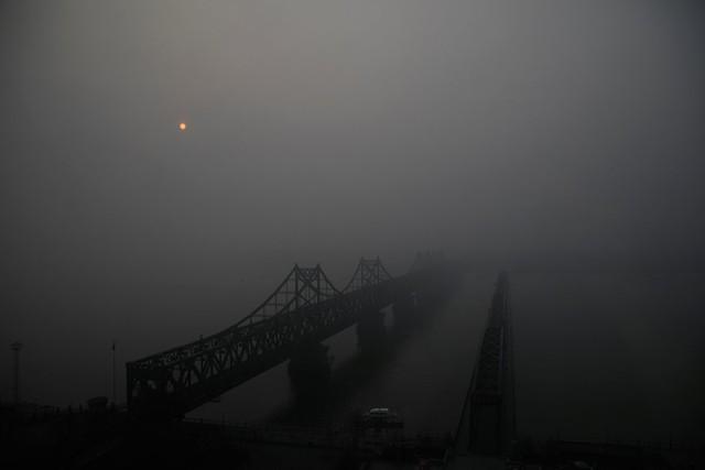 Cầu Hữu Nghị nối liên hai bờ dòng Yalu. Nó là một trong những phương thức ít ỏi để nối liền Triều Tiên với thế giới bên ngoài, và cũng là tuyến đường giao thương huyết mạch giữa Trung Quốc và Triều Tiên.