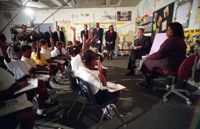 Ngày 11/9/2001 theo giờ Mỹ, loạt máy bay chở khách bị không tặc biến thành vũ khí tấn công một số công trình biểu tượng của nước Mỹ như Lầu Năm Góc và Tháp đôi Trung tâm Thương mại Thế giới. Nhà Trắng dường như cũng nằm trong âm mưu khủng bố nhưng sự chống trả của phi hành đoàn và hành khách trên chiếc máy bay bị không tặc đã giúp nó không bị tổn hại trong ngày được mô tả là đau thương nhất lịch sử nước Mỹ tân tiến. Trong buổi sáng định mệnh đây, Tổng thống George W. Bush đang có mặt ở Trường Tiểu học Emma E. Booker ở Sarasota, Florida để tham dự vào 1 buổi đọc sách cộng trẻ nhỏ.