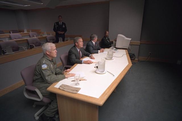 Thay vì trở về Nhà Trắng ngay lập tức, Tổng thống Bush và một số quan chức chính phủ trực tiếp chỉ huy một số nỗ lực đối phó khủng bố ở Căn cứ Không quân Offutt.