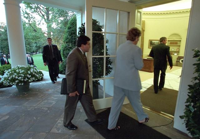 Tổng thống Bush trở lại phòng bầu dục khi trời đã nhá nhem.