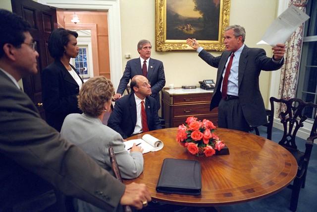 Cuộc họp có một số quan chức cao cấp nhất của chính phủ diễn ra ngay buổi tối.