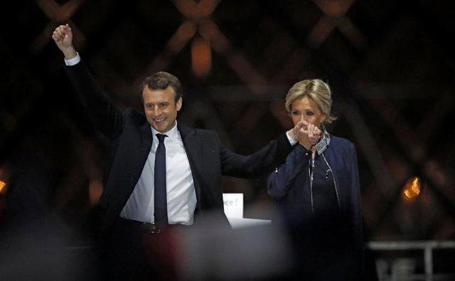 Ông Macron và vợ, bà Brigitte Trogneux.