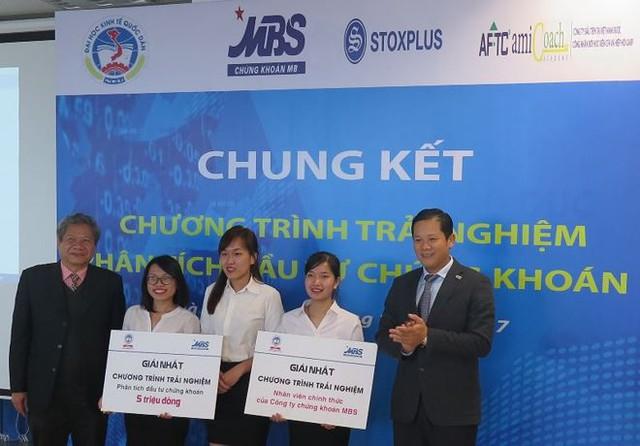 Ban tổ chức trao giải nhất và cơ hội làm nhân viên chính thức của Chứng khoán MBS cho sinh viên