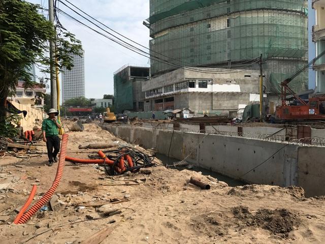 Hai đường dẫn qua hầm chui ngay cầu quay sông Hàn đã hoàn thành khoảng 80%. Đội ngũ công nhân thi công ngày đêm để kịp tiến độ đề ra.