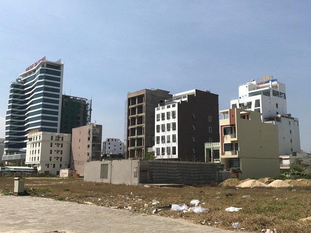 Các tòa nhà cao tầng mọc lên san sát.