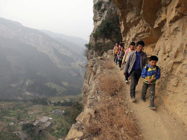 Trẻ em men theo vách đá dựng đứng đề tới lớp ở tỉnh Quý Châu, Trung Quốc.