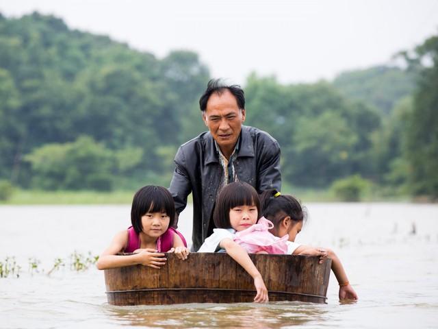 Học sinh ở Giang Tây, Trung Quốc đi học sau lũ.