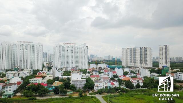 Ngoài hàng chục dự án căn hộ cao tầng cao tầng, nhiều dự án villa ven sông cũng đang ồ ạt xây dựng ven trục một vài con phố này.
