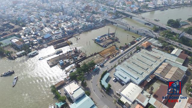 Công trường cống ngăn triều ngay cầu Tân Thuận, quận 4.