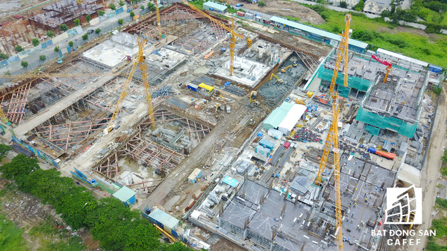 Hàng loạt dự án đẳng cấp của ông lớn Novaland nằm một vàih một vài con phố Nguyễn Hữu Thọ dao động 300m cũng đang xây dựng.