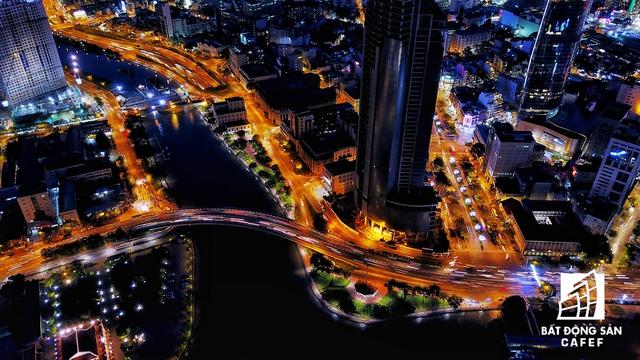 Cầu Khánh Hội kết nối trung tâm quận 1 với quận 4 nhìn từ trên cao ban đêm trông rất lạ mắt