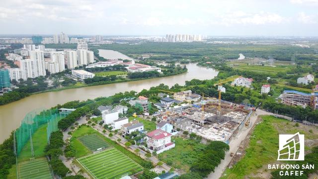 Khu đất đang được san lắp mặt bằng trong hình là một trong những dự án khủng của Phú Mỹ Hưng đang chuẩn bị xây dựng. Dự án này theo tìm hiểu sẽ góp thêm gần 8.000 căn hộ cho thị trường khu Nam