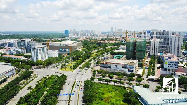 Trục đường Nguyễn Văn Linh kết nối xuyên suốt cả Phú Mỹ Hưng - nơi có hàng chục dự án chung cư cũng đang đẩy nhanh tiến độ thi công