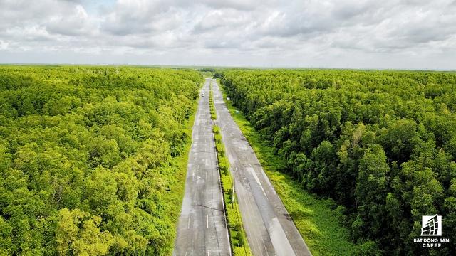 Đường Rừng Sác kết nối toàn huyện đảo này.