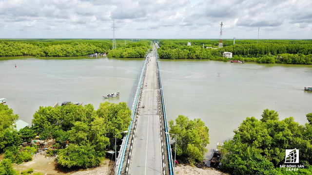 Hạ tầng giao thông từ phà Bình Khánh đến trung tâm huyện Cần Giờ chỉ có một con đường duy nhất.