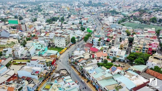 Từ lâu, xung quanh khu vực các con phố Tô Ngọc Vân cũng là điểm nóng của nhiều dự án căn hộ chung cư, nhà phố do quận Thủ Đức là địa bàn tập trung nhiều dự án hạ tầng cơ sở diện tích khá lớn của TP.HCM.