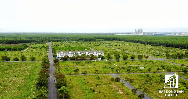 Cụm nhà phố chuyên gia lọt thỏm, thuộc một dự án do công ty Thăng Long Real phát triển giữa rừng cao su.