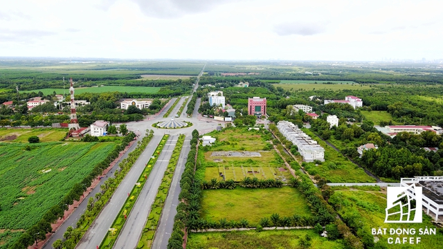 Những con đường rộng lớn được quy hoạch xây dựng khá hoàn chỉnh tại trung tâm huyện Nhơn Trạch, nhưng xung quanh đất là nhiều dự án trùm mền.