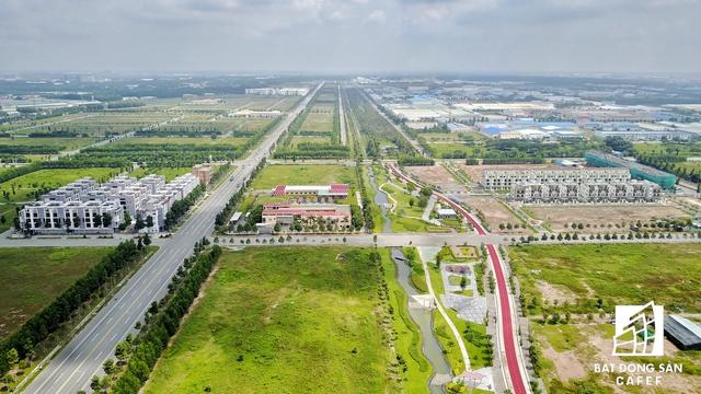 Một khu trường trung học được xây dựng khá bắt mắt cách trung tâm hành chính tỉnh khoảng 500m