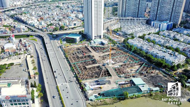 Cụm dự án Sai Gon Pearl đang được thi công giai đoạn 2 ngay sát chân cầu Thủ Thiêm.