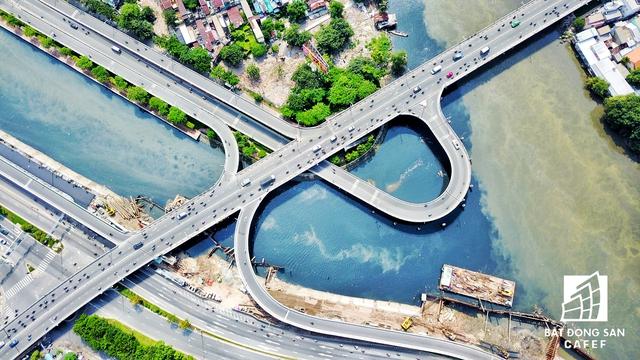 Hạ tầng giao thông được đầu tư liên tục, giúp Bên Vân Đồn và quận 1 chỉ cách nhau bằng những cây cầu, đã kích thích dòng vốn chảy mạnh vào khu vực này. Cầu Nguyễn Văn Cừ đang được xây thêm 2 nhành lên xuống
