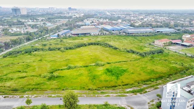 Những khu đất còn trống để chuẩn bị cho giai đoạn đầu tư háng nghìn căn hộ tái định cư, nhưng liệu có rơi vào phế tích như những gì đang diễn ra tại đây?