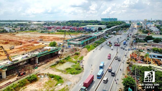 Nhà ga Bến xe miền Đông đang được gấp rút xây dựng. Trong tương lai nơi đấy còn có 1 vài đại trung tâm thương mại, trọng điểm thương mại - văn phòng cấp cao, từ đấy nhiều dự án chung cư đã rụt rịch triển khai.
