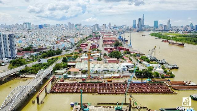 Cống Tân Thuận được kiến trúc nằm cạnh điểm cuối của khung vây hàng hóa Tân Thuận, giúp thoát ngập do triều khu vực quận 4 và 7