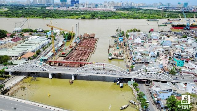 Cống Tân Thuận (nằm gần cầu Tân Thuận, quận 7) đang thi công ép cừ khung.