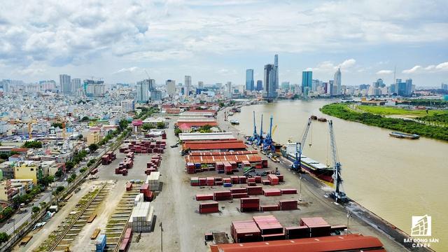 Tòa nhà cao thứ 3 TP.HCM đã bị nhiều lần UBND thành phố nhắc nhở vì đang là một trong 3 dự án làm xấu bộ mặt của cả TP.HCM. Tòa nhà được nhìn từ bến cảng Khánh Hội, quận 4.