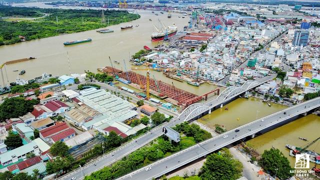 Vị trí xây dựng dự án trong tương lai nhìn từ Cảng hàng hóa Tân Thuận. Cầu sẽ kết nối thẳng với đường Huỳnh Tấn Phát, sau đó sẽ dẫn vào trung tâm khu đô thị Phú Mỹ Hưng
