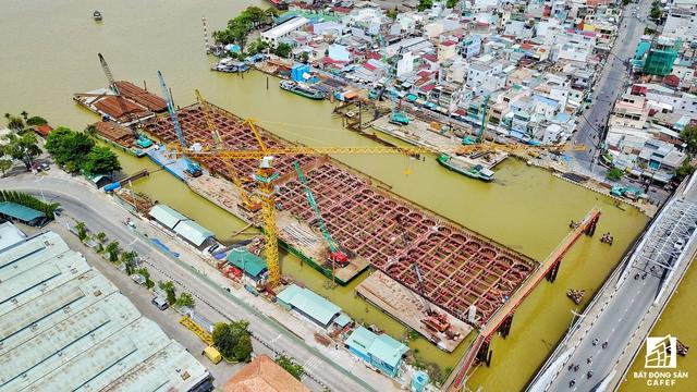 Khung vây được đào sâu xuống lòng sông đến 20m. Để thực hiện 1 vài công trình chống ngập, chủ đầu tư phải huy động 950 thiết bị máy móc, 67.000 tấn thép, cộng có đấy là gần 2.000 công nhân, chuyên gia trong và ngoài nước