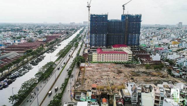Cũng tọa lạc trên tuyến đường Võ Văn Kệt, cạnh Kênh Tàu Hũ (quận 6), một dự án cao cấp khác đang thực hiện san lắp mặt bằng, dự kiến sẽ động thổ xây dựng vào đầu năm 2018.