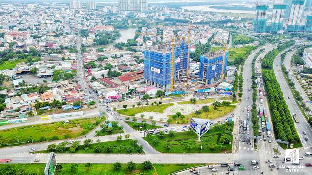 Đường Nguyễn Thị Định (trái) bắt đầu tư nút giao với đại lộ Mai Chí Thọ, kéo dài gần 2km, từ đây sẽ kết nối với đường Nguyễn Duy Trình để đến quận 9 sẽ được mở rộng trong thời gian tới.
