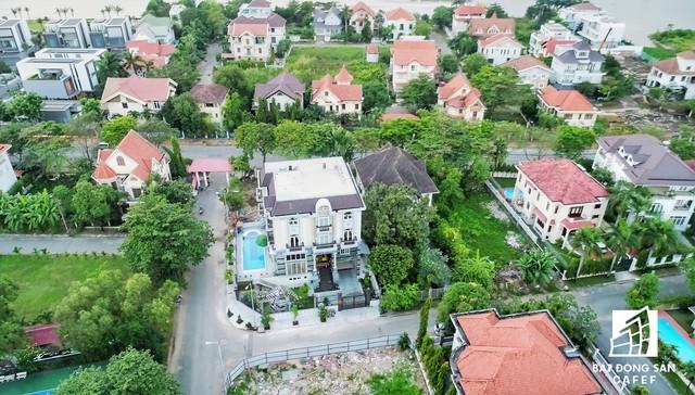 Khu vực này còn có môi trường sống xanh với nhiều biệt thự rộng lớn, nhà vườn, thảm cây xanh thoáng mát bên bờ sông Sài Gòn tạo nên không gian sống thoải mái, thư thả.