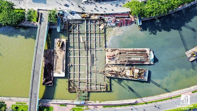 Các hạng mục chính của cống Bến Nghé gồm thủy công đập ngăn nước; kết cấu cửa van điều tiết nước và thiết bị điều khiển; kết cấu nối tiếp hai bờ; khu quản lý công trình; kết cấu kè bảo vệ phía hạ lưu công trình.