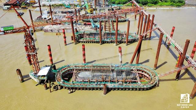 Theo kiến trúc, cống Mương Chuối sẽ hoạt động theo qui định đến mùa mưa cửa tiêu nước sẽ mở do mực nước thượng lưu lớn hơn hạ lưu và ngược lại. Mùa khô, cống sẽ đấyng mở cửa tiêu nước khi mực nước thượng lưu lớn hơn hạ lưu và mực nước hạ lưu lớn hơn +0,6 m (mực nước thấp nhất cần chắc chắn môi trường sinh thái phía trong cống). Các cống kiến trúc rộng 40 -160m, cao trình đáy 3,5-10m, tàu thuyền có thể giao thông khi cửa mở hoàn toàn.
