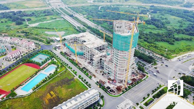 Khu trọng điểm thương mại - dịch vụ - cao ốc văn phòng IIA đang xây dựng tầng 10 khối tháp.
