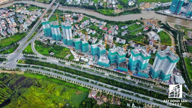 Tổ hợp The Sun Avenue trên đường Mai Chí Thọ, thuộc khu đô thị mới Thủ Thiêm vừa được tiến hành cất nóc một số toà nhà.