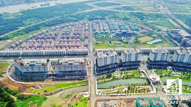 Khu villa Sala nằm trên đại lộ Mai Chí Thọ, cạnh hầm chui vượt sông Sài Gòn - nơi đang trở thành đại công trường có nhiều dự án hạ tầng giao thông đang được đầu tư khá mạnh.