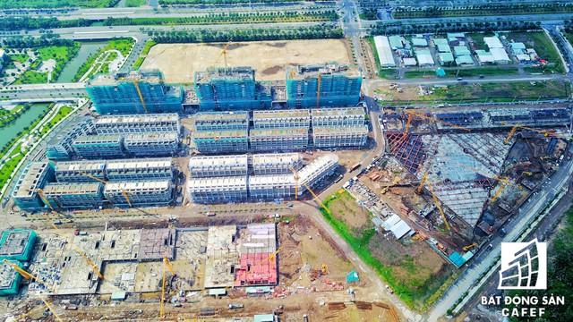 Khu căn hộ chung cư cấp cao Sarina đang xây dựng tầng 2, cạnh bên là nhà phố thương mại Sari Town đang xây dựng phần thô.