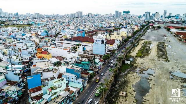 Con đường Nguyễn Tất Thành đang trở thành điểm đen kẹt xe ngay khu vực trung tâm TP.HCM.