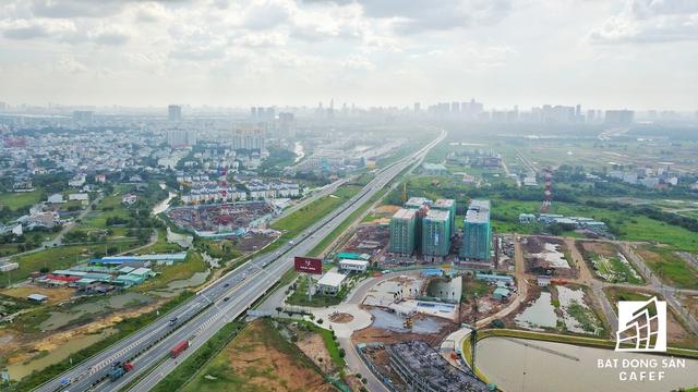 Các chuyên gia phân tích, do qũy đất khu vực quanh trục xa lộ TP.HCM - Long Thành - Dầu Giây còn lớn, những chủ đầu tư có đã nhiều năm trước, giờ hạ tầng được đầu tư khép kín nên đưa dự án ra phân khúc.