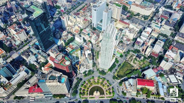 Nằm ngay gần bờ sông Sài Gòn, tòa nhà liên tưởng đến các cao ốc chọc trời ở trọng tâm tài chính Mỹ qua thiết kế hình khối nhỏ dần khi lên trên cao, 1 thiết kế hoàn toàn khác biệt so có các tòa nhà xung quanh, 1 sốh điệu như chiếc vương miệng vươn lên.
